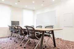 【神田駅徒歩2分】コワーキングスペースの8名様用会議室