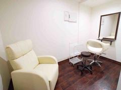 サロン内個室のレンタル、エステ、整体、ネイルや各セラピーなどマンツーマン施術に最適♪約10平方メートルのプライベート空間です。
