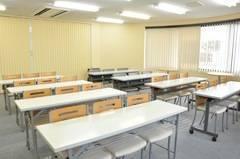 【北浦和】駅徒歩1分で駅チカ!飲食可能〇開放的な20名会議室の写真