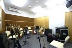 【新宿三丁目駅徒歩3分】ヤマハ楽器練習室 エレキギター・エレキベースを無料レンタル!