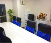【マリーナ】新宿駅近 WiFi 電源 プロジェクター 等設備全て無料 集中出来るブルーの内装A
