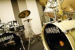 【渋谷駅徒歩7分】ヤマハの音楽練習室 ROOM15 ―手ぶらでドラムを思い切り叩こう!毎日の練習やストレス発散にも。