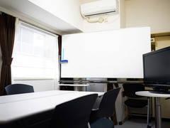★新宿新南口徒歩4分★32インチモニタ、PC台、冷蔵庫、ポット有■キレイなハイグレード会議室! ■新宿スマート会議室■