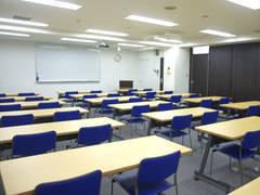 【新宿三丁目駅E1出口徒歩2分・歌舞伎町】最大約60人収容!ゆったりとした2人掛け、レイアウト自由、飲食可、Wi-Fi、プロジェクター完備 <新日貸会議室>
