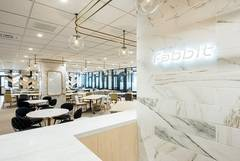 カフェのようなコワーキングスペース内オープンスペース(7~10人)