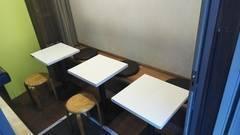 田園都市線用賀駅から徒歩2分。軽食屋のイートインスペースを貸し教室、貸し会議室として提供します。貸し出し中は、貸し切りと表示して他者が入れないようにします。