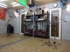 Johnny貸しスタジオ【京都・くいな橋駅徒歩7分】大きな鏡のある防音個室貸しスタジオ!楽器貸出無料!!ダンス、バンド、余興の練習に!の写真