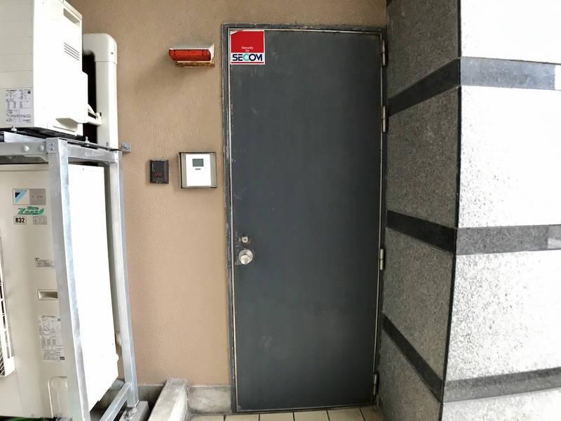 【お気軽会議室金沢彦三町】金沢駅東口徒歩10分、42名着席可、マイク、演台、プロジェクター、ホワイトボード、無料Wi-Fi付の本格セミナールーム。周辺コインパーキング多数で車でのアクセスも便利。めいてつエムザ、近江町市場近く。(シンワ1)