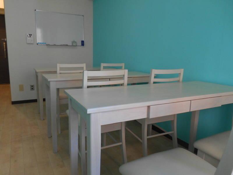 [新宿西口1分][ティアラカフェ☕] ティファニーブルーの壁紙が上品なカフェ風スペース