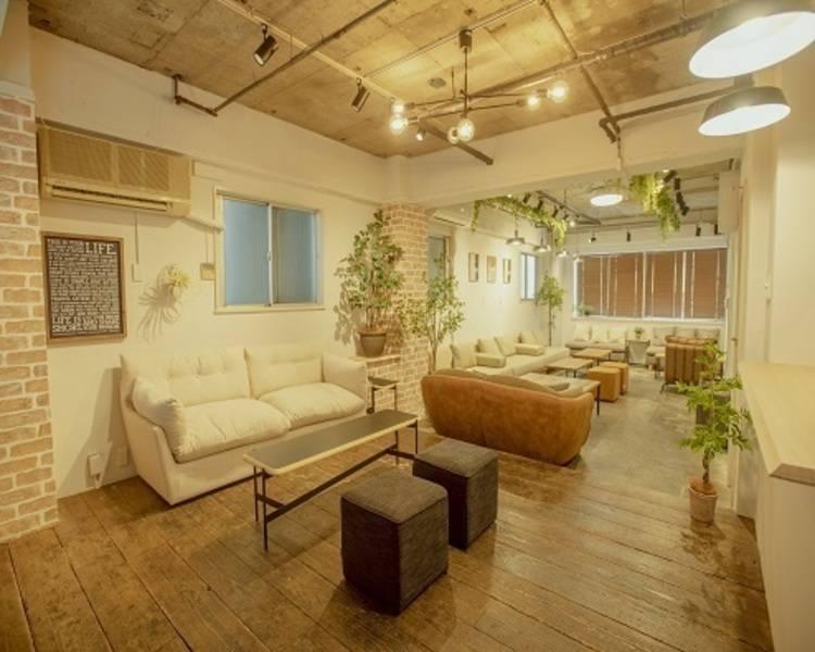 渋谷 渋谷ヒカリエのすぐそば おしゃれなカフェスペースの内装で、パーティーやワークショップに人気