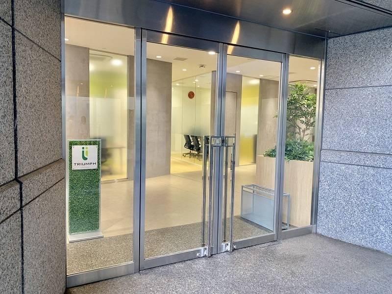 【8名会議室/evergreen】ガラス張りの明るい会議室!Wi-Fi/ホワイトボード無料で長時間の会議にも便利です!