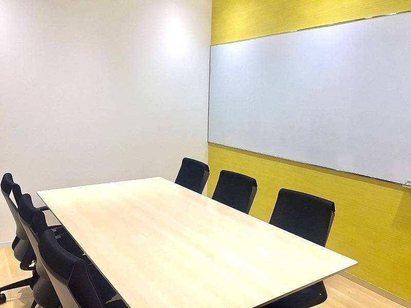 【6名会議室/sunrise】恵比寿駅徒歩4分!壁面ホワイトボード付のキレイな会議室!お客様との商談にも便利です。