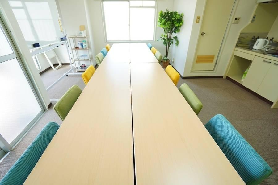 ⭐️新大阪駅より徒歩3分♪<レオン会議室>当スペースは建物公認会議室となります。『安い』『広い』『綺麗な』会議室です。安心・信用・信頼をテーマに運営しています。コスパ抜群の会議室です。まだご利用されたことのない方はぜひご利用下さい!wifi交換しました!不自由なく利用できると思います♪⭐️14名収容⭐wifi/ホワイトボード/プロジェクター無料。明るいお部屋で明るい気持ちになってください♪