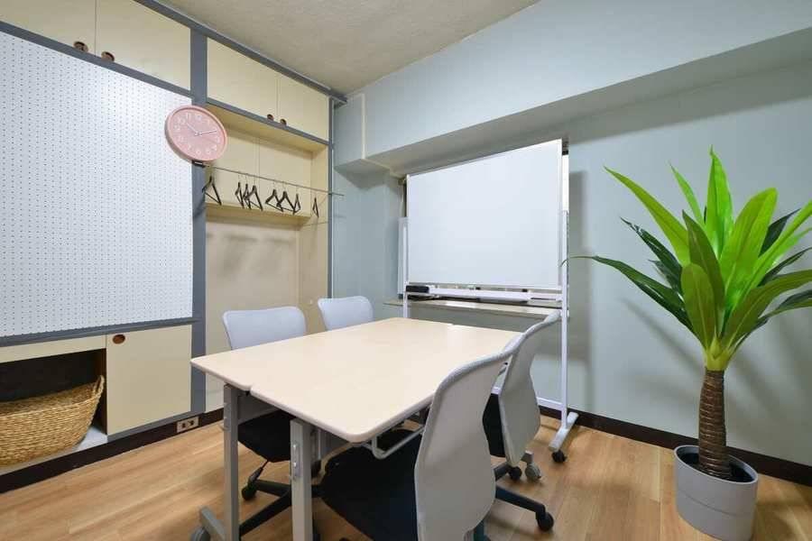 <エニィウェア会議室>名古屋駅徒歩7分!シンプル&クリーンな会議室、打ち合わせ、研修、デスクワーク、自習スペース、ボードゲーム。無料wifi、ホワイトボード 、プロジェクター完備。