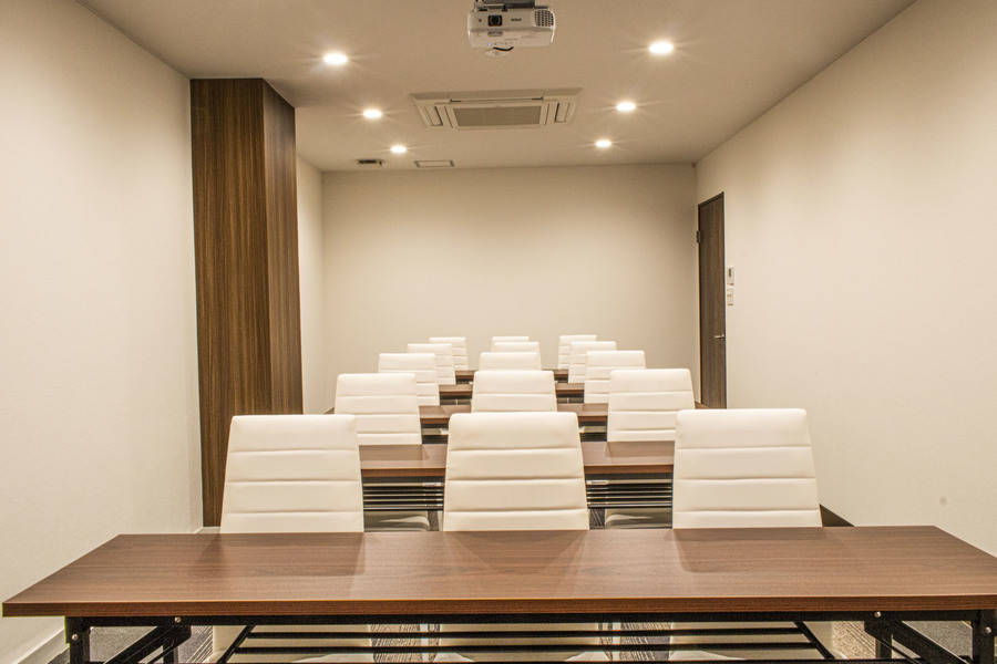 《SBL烏丸会議室》【2F 中会議室② (最大15名)】少人数でセミナー・説明会等に最適♪