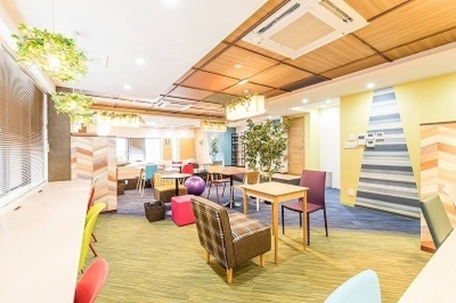 【神田駅徒歩2分】コワーキングスペースの4名様用会議室