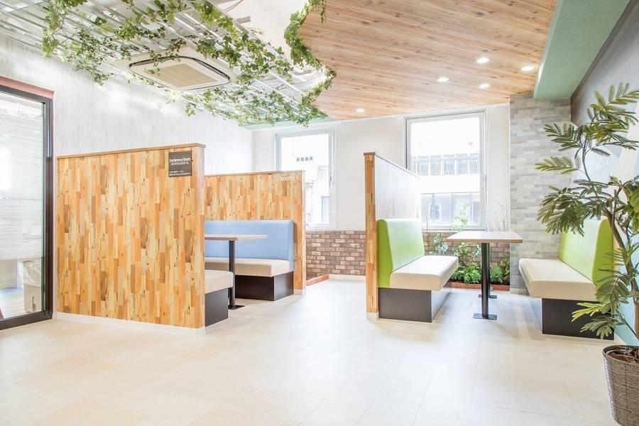【神田駅徒歩2分】ConnectLounge神田コワーキングスペースの8名様用会議室#完全個室#Wi-Fi完備#ホワイトボード#大型モニター#テレワーク
