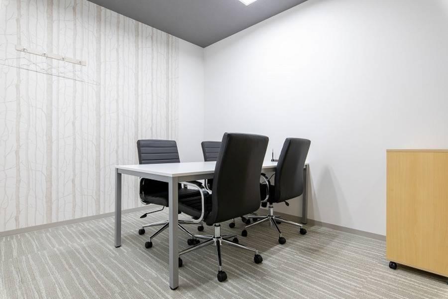 【池袋駅西口徒歩3分】コワーキングスペースの4名様用会議室