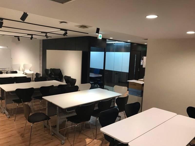 【コロナ対策OK!】六本木駅、六本木一丁目駅からスグ!便利で、おしゃれなセミナースペースです。着席60名収容可能で会議、発表会、勉強会、レッスン、研修、撮影などにいかがでしょうか。Wifi、プロジェクター、テーブル、椅子、電源タップ、ホワイトなどは完備しています。