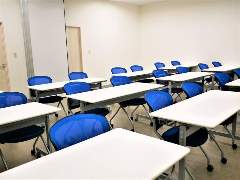 【拝島】最大24名収容可能。シンプルで使い勝手のいい貸し会議室1+2(標準24名/最大24名)