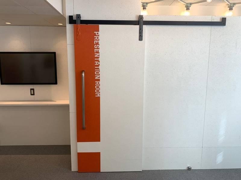 【特別料金実施中】無料モニター、フリードリンク付きの完全個室!広々としたスタイリッシュな会議室☆プレゼンテーションルーム