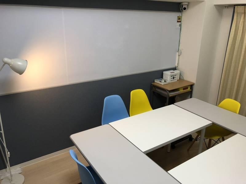 貸会議室Y's BOX 横浜 49インチテレビモニター完備、設備全て無料!