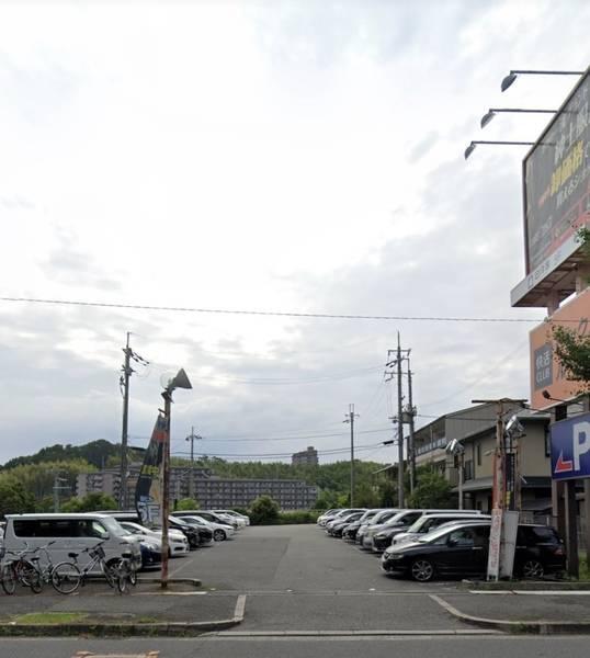大人数収容可能なスペースで駐車場付き。イベントや会議、商業に最適です。