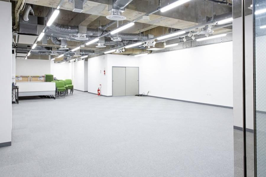 【スタジオスペース新宿御苑】ライブ、講演会、トークショー、ダンスレッスン等使用可能な多目的スペース!靖国通りに面したファミリーマート前の階段を降りた、B1Fのスペースです。