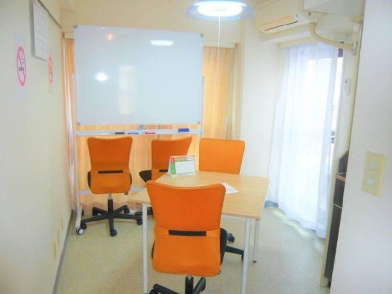 【西荻窪 徒歩1分】【706号室/Room ORANGE】清潔な完全個室でミーティング、スタディ、レッスンなど多目的なご利用が可能なスペース ホワイトボード完備です!