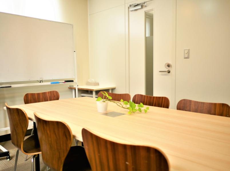 【恵比寿駅1分】貸会議室 落ち着いた雰囲気のコンパクトな小会議室(4名)