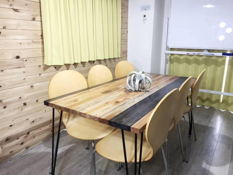 RAKUNA新宿Ⅳ【西新宿駅1分】無料Wi-Fi、モニターあり☆打ち合わせや小規模会議、オフ会などにもおススメ~ 新宿の隠れ家的スペース~