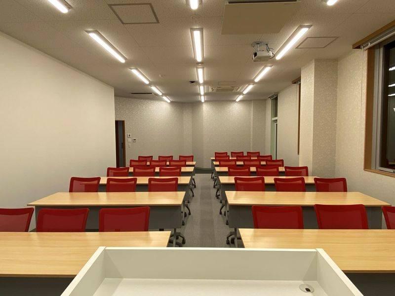 【東池袋20秒】新築でクリーン、明るく上品、美麗な貸会議室8階(標準33名~最大36名)