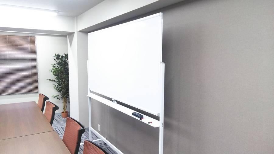 【新宿西口駅・大久保駅】ワークメディ会議室D(1002号室) キレイ!広い!12人でもゆったり使える会議室です。11坪(33㎡)。2Fロビーで待ち合わせもできる!