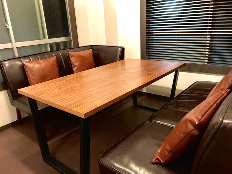 【受付常駐の店舗】Caféの2階会議室(会議室2)便利な30分単位、ワイトボード Wifi 各種ケーブル PCモニター有り
