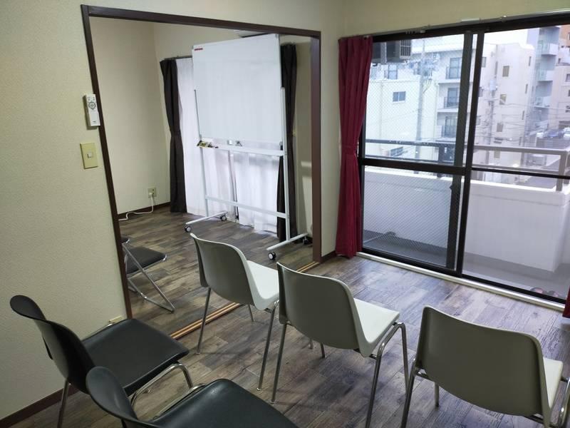 【ヒミツキチ】船橋駅徒歩5分≪完全個室≫NEW OPEN!二部屋分ですので広さ13畳レイアウト自由!椅子22脚大会議やセミナー等に最適!飲食持ち込み可能(完全個室として広く使いたい方はこちらから申し込みでお安くなります)