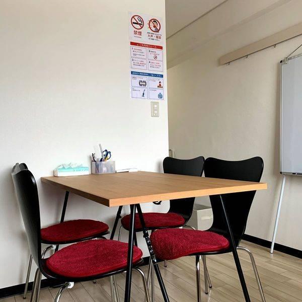 東中野駅30秒! 施術用ベッドと小さなミーティングスペースのあるお部屋。出張サロン、ミニセミナー、少人数の会議に! 整体師を目指す方の練習用スペースとしてもご利用いただけます。【まちの会議室★東中野】<モカ>