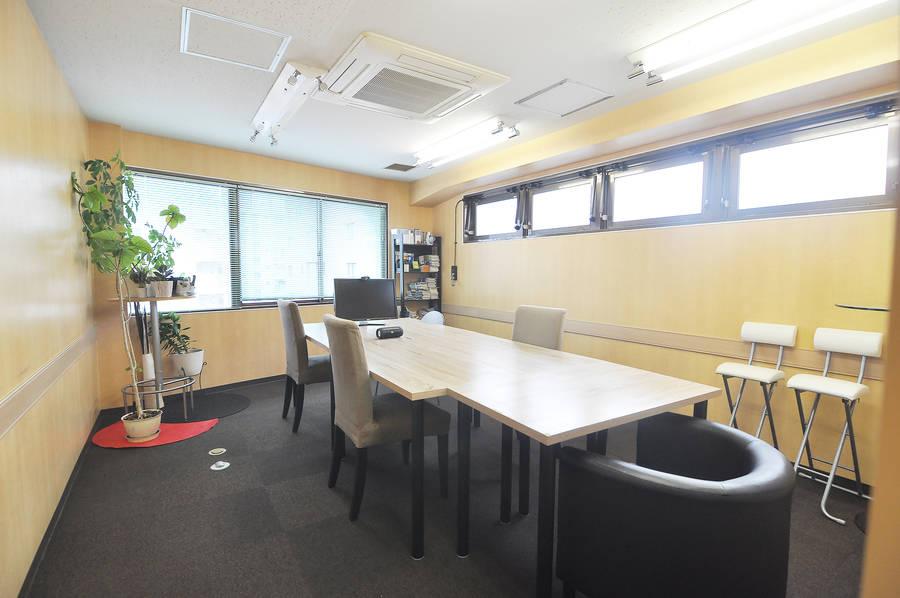 駅前のシンプルな会議室
