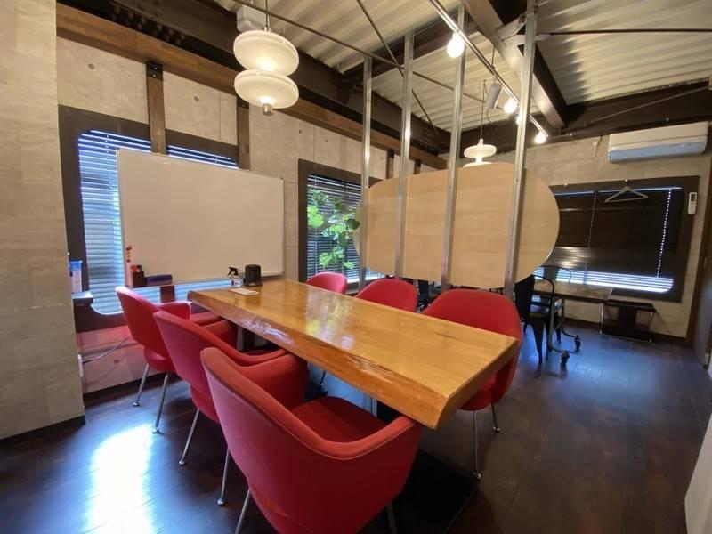 【キャンペーン期間延長!】個性的なテーブルのブースB【カフェの2階にある会議室】