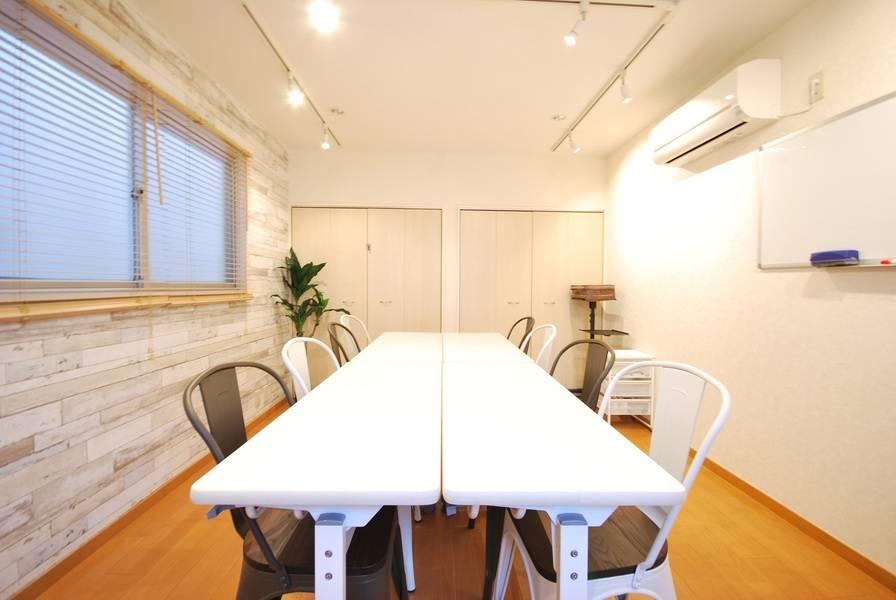 【恵比寿駅1分★RKFビル5階★ルーム5】窓が2つあり換気も十分可能な明るい会議室です。WiFi、プロジェクター、さらに飛沫防止アクリルパーテンションもご用意