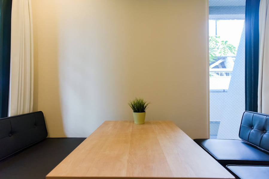 【超高速WiFi】心斎橋駅1分。緑の見える会議室。超高速WiFiは接続後も安定+電源◎商談・zoom/web会議・オンラインミーティング・会議室