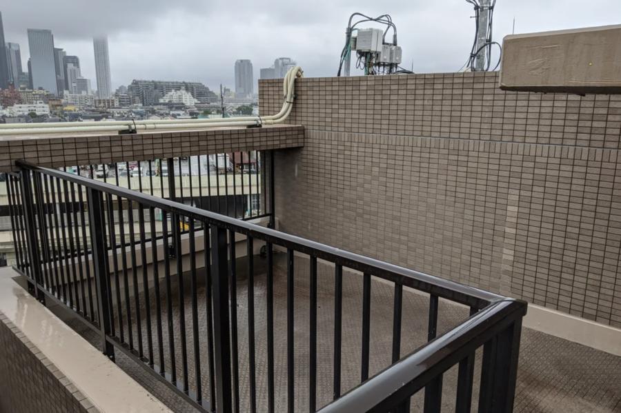 【大久保ルーフトップワークス】屋上テラス付きのワークプレイスで会議やテレワーク、撮影はいかが?