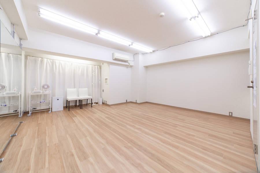 <東高円寺駅1分>ダンスができるレンタルスタジオ/幅4.0m高さ1.8の鏡付き/少人数グループ・個人練習に最適