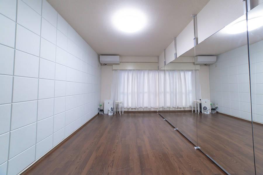 新規オープン<新宿三丁目駅 E1出口から2分>ダンスができるレンタルスタジオ/幅4.0m高さ1.8の鏡付き/少人数グループ・個人練習に最適