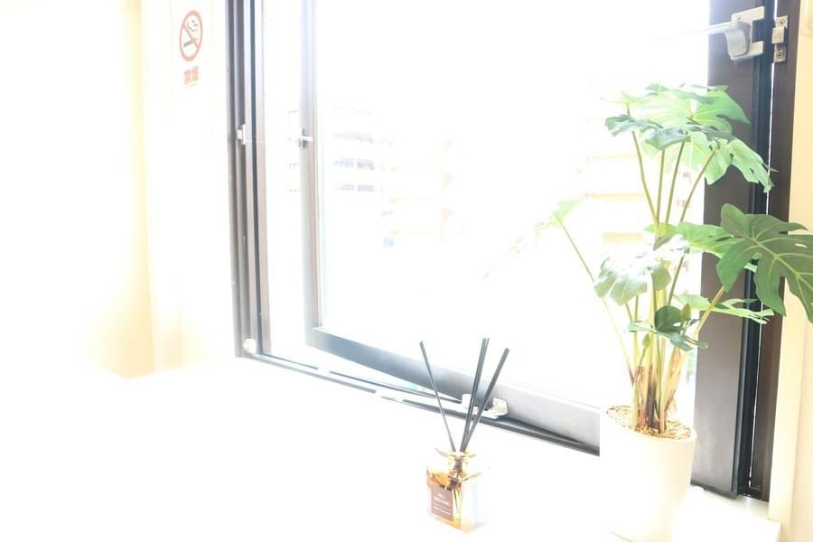 ☆五反田オープン記念価格☆【五反田で1番清潔な格安会議室】五反田駅徒歩3分(みずほ銀行至近)テレワーク・WEB会議の拠点にも最適〜最大10名まで収容〜高速wifi完備(デュアルコアCPU) 窓の大きな開放感のある空間