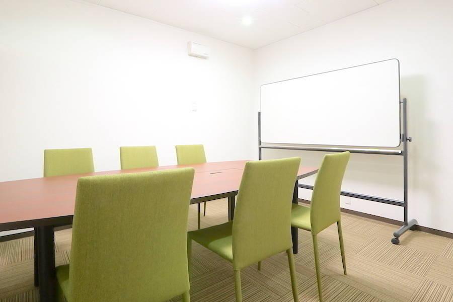 【梅田】清潔感バツグン!多目的に使える貸し会議室 会議室Aの写真