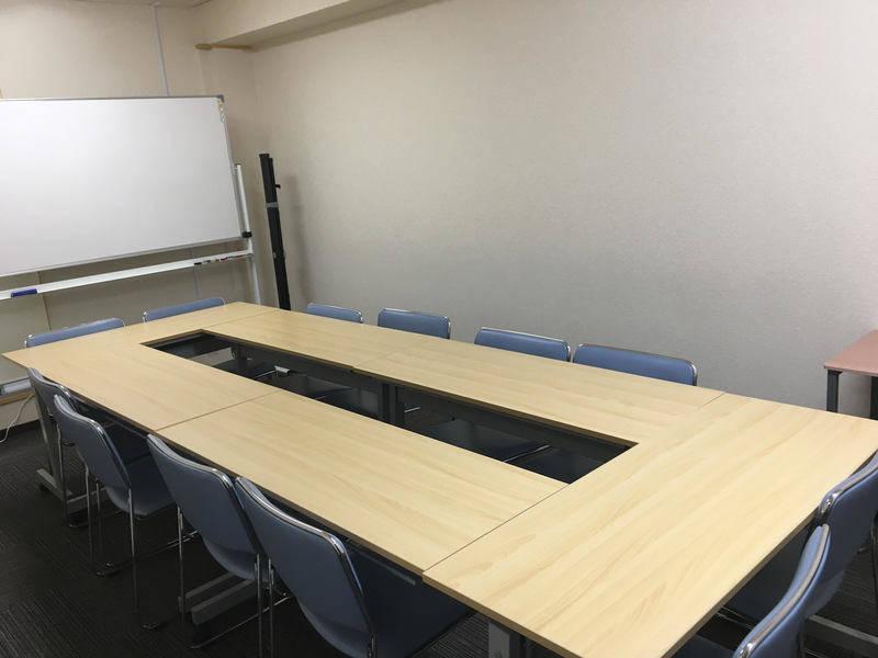 博多駅筑紫口から徒歩3分。小規模セミナーやミーティングに使えるセミナールームです!コーヒーや紅茶等のフリードリンクあり◎