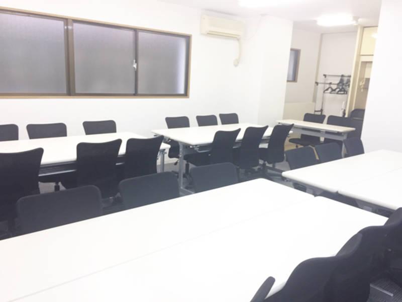 新宿駅から徒歩3分 駅近 西新宿駅からもすぐ 中規模会議室 32人まで 中規模なセミナー、会議、ミーティング、レッスン、オフ会など最適なスペースです 無線LAN プロジェクター ホワイトボード ウォシュレット完備 日当良好で明るい室内 ブラインドを下げてプロジェクター使用可【オープン記念格安貸出中】【直割プラン実施中】直前のご予約はお安くお使い頂けるプラン実施中です