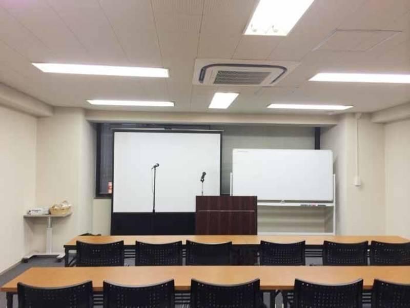 【東京駅徒歩2分・30名・プロジェクターなど充実の無料設備】八重洲ファーストビル 4F(スクール型+控室2つ)