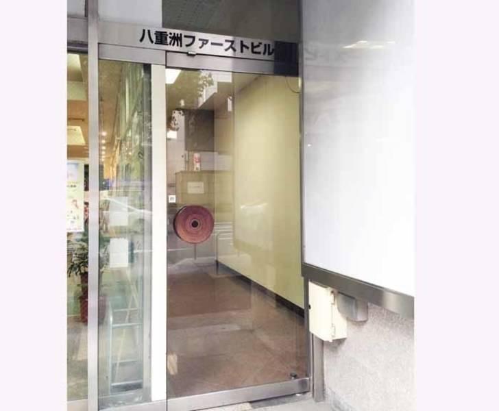 【東京駅徒歩2分・42名・プロジェクターなど充実の無料設備】八重洲ファーストビル 5F(スクール型+控室1つ)