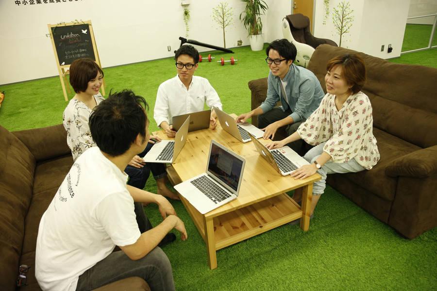 五反田駅徒歩3分の企業内オープンスペースを開放します(人工芝が気持ち良い土足禁止のスペースです)